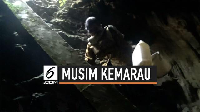 Sejak musim kemarau tiba, sejumlah warga di Dusun Sawahan Kulon, Desa Klepu, Kecamatan Donorojo, Kabupaten Pacitan harus berjalan kaki menyusuri jalan setapak di pinggir hutan untuk bisa mengambil air bersih di dalam gua vertikal.