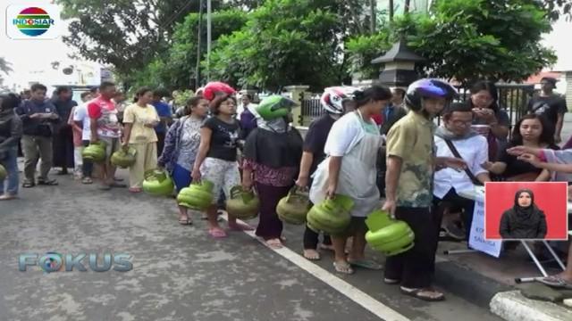 Kondisi serupa juga terjadi di Jakarta. Jika ada stok gas elpiji 3 kg, warga harus menunjukkan KTP.