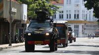 Mobil lapis baja milik kepolisian menuju Mapolrestabes Surabaya setelah terjadinya serangan bom bunuh diri, Jawa Timur, Senin (14/5). Polisi mendata ada 10 korban luka dalam tragedi bom bunuh diri di Markas Polrestabes Surabaya. (AP Photo/Achmad Ibrahim)