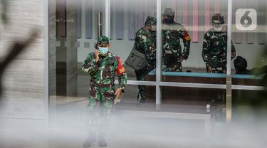 Tentara melakukan pengamanan di sekitar Hotel Holiday Inn, Gajah Mada, Jakarta, Minggu (25/4/2021). Satgas Penanganan COVID-19 menyiapkan Hotel Holiday Inn sebagai tempat karantina bagi 141 WNA khususnya asal India yang negatif COVID-19 untuk dipantau 14 hari ke depan. (Liputan6.com/Faizal Fanani)