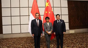 Menteri Luar Negeri Retno Marsudi bersama dengan Menteri BUMN Erick Tohir melakukan kunjungan ke RRT dan bertemu dengan Menlu Wang Yi.