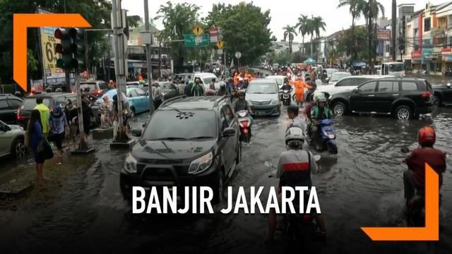 Hujan deras yang mengguyur Jakarta menyebabkan sebagian jalanan banjir Selasa (5/3) pagi.