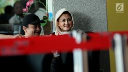 Istri terdakwa dugaan korupsi e-KTP Setya Novanto, Deisti Astriani Tagor(kanan) jelang menjalani pemeriksaan di gedung KPK, Jakarta, Rabu (10/1). Sebelumnya pada Senin (20/11) lalu, Deisti juga telah diperiksa. (Liputan6.com/Helmi Fithriansyah)