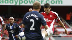 Cesc Fabregas. Pemain kreatif Arsenal ini menjadi pencetak assist terbanyak kedua di Liga Inggris hingga kini dengan catatan 111 assist dari 350 laga. Ia mampu membuat 4 assist dan 1 gol saat Arsenal mengalahkan Blackburn Rovers 6-2 pada 4 Oktober 2009. (Foto: AFP/Ian Kington)