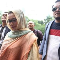 Reza Artamevia saat mendatangi Polda Metro Jaya didampingi kuasa hukumnya. (Nurwahyunan/Bintang.com)