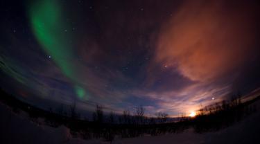 Aurora Borealis menerangi langit saat malam hari di Kautokeino, Norwegia, Rabu (15/3). Aurora Borealis sering juga disebut The Northern Lights. (AFP PHOTO / Jonathan NACKSTRAND)