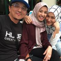 Dalam foto yang penuh ceria tersebut, tangan Bella terlihat memegang tangan sang suami. Sedangkan mantan istri pengusaha Malaysia, tertawa sambil menaruh tangan dipundak Bella. (Instagram/errafazira)