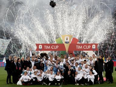 Para pemain Lazio melakukan selebrasi usai menjuarai Coppa Italia 2019 setelah mengalahkan Atalanta di Stadion Olympic, Roma, Rabu (15/5). Lazio menang 2-0 atas Atalanta. (AFP/Isabella Bonotto)