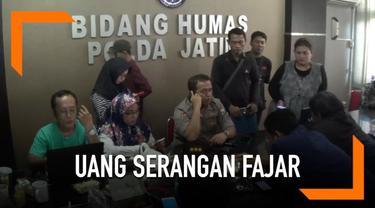 Kepolisian dan Bawaslu di Jawa Timur menyita uang miliaran rupiah yang diduga akan digunakan sebagai dana serangan fajar jelang pemilu.