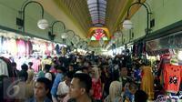 Sejumlah pengunjung memadati pusat perbelanjaan di kawasan Blok M, Jakarta, Selasa (14/7/2015). Menjelang Idul Fitri 1436, transaksi penjualan di sejumlah pusat perbelanjaan mengalami peningkatan dua kali lipat. (Liputan6.com/Helmi Afandi)