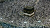 Umat Muslim melaksanakan salat dengan menghadap Kakbah di Masjidil Haram, Makkah, Arab Saudi, Kamis (16/8). Jutaan umat Islam dari berbagai negara semakin memadati Masjidil Haram menjelang puncak pelaksanaan ibadah haji. (AP Photo/Dar Yasin)