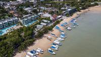 Foto dari udara menunjukkan sejumlah yacht di Phuket, Thailand, 14 September 2020. Pulau ini menjadi salah satu destinasi wisata pantai terbaik di dunia. (Xinhua/Zhang Keren)