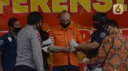 Tersangka asal Prancis Frans (65) dihadirkan saat rilis kasus eksploitasi anak di Polda Metro Jaya, Jakarta, Kamis (9/7/2020). Polisi mengamankan barang bukti  21 pakaian yang dipakai korban, laptop, 6 memori card, 20 alat kontrasepsi, 2 vibrator, dan 6 kamera. (merdeka.com/Imam Buhori)