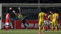 Kiper Persija, Andrytani gagal menahan bola sepakan Hilton Moreira pada laga Torabika SC 2016 di Stadion Utama Gelora Bung Karno, Jakarta (24/6/2016). Sriwijaya unggul sementara 1-0. (Bola.com/Nicklas Hanoatubun)
