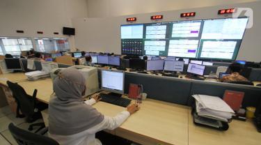 Karyawan melakukan pengecekan dan optimalisasi perangkat server di Smartfren BSD, Tangerang Selatan, Rabu (4/11/2020). Smartfren terus melakukan pemeliharaan dan optimasi guna memastikan pelanggan seiring dengan kebijakan pemerintah untuk bekerja dan sekolah dari rumah. (Liputan6.com/Pool)