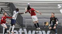 Lima menit berselang, Cavani hampir saja mencetak gol bunuh diri kala sundulan yang ia maksudkan untuk menghalau bola justru membuat si kulit bundar mengenai tiang gawang timnya sendiri. (Foto: AP/Pool/Adrian Dennis)