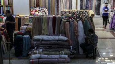 Suasana pusat penjualan pakaian dan tekstil di Pasar Tanah Abang Blok B, Jakarta, Selasa (19/1/2021). Kementerian Perindustrian memproyeksikan kinerja tekstil 2021 akan bergerak positif, meski masih tipis di level 0,93 persen. (Liputan6.com/Johan Tallo)