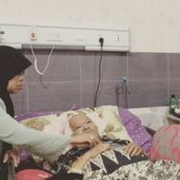 Komedian Sule sedang menyuapi ayahnya yang sedang sakit (Instagram/@ferdinan_sule)