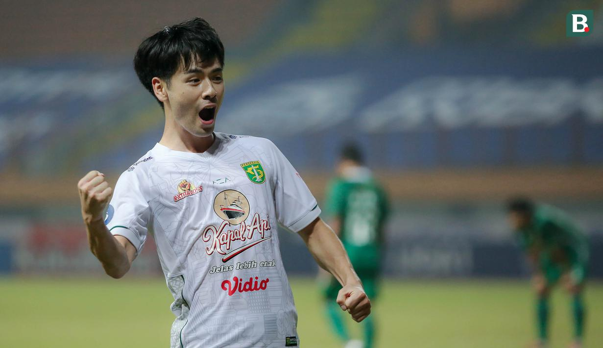 Taisei Marukawa merupakan pemain Persebaya yang terpilih menjadi starting terbaik pekan kelima dan keenam di BRI Liga 1 2021/2022. Ia tercatat telah mencetak 4 gol dari lima penampilannya. Pemain asal jepang tersebut juga sukses melakukan 6 tekel dan 5 intersep. (Bola.com/Bagasakara Lazuardi)