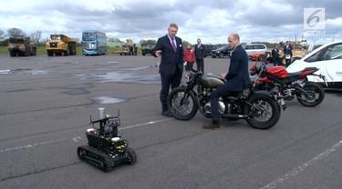 Pangeran William mengunjungi produsen motor gede dan mobil sport. Ia pun memiliki kesempatan untuk mencobanya.