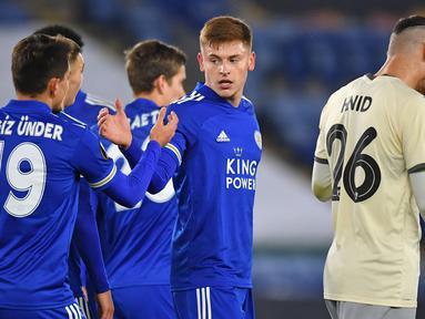 Gelandang Leicester City, Harvey Barnes (tengah), melakukan selebrasi bersama rekan-rekannya usai mencetak gol kedua timnya ke gawang AEK Athens dalam laga lanjutan Liga Europa 2020/21 Grup G di King Power Stadium, Kamis (10/12/2020). Leicester City menang 2-0 atas AEK Athens. (AFP/Ben Stansall)