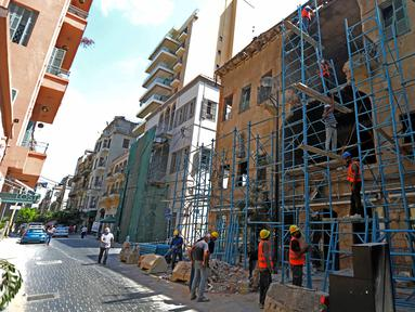 Para pekerja memperbaiki bangunan yang rusak akibat ledakan di Beirut, Lebanon, pada 21 Agustus 2020. Warga Lebanon memulai upaya rekonstruksi menyusul ledakan pada 4 Agustus yang mengguncang Pelabuhan Beirut dan menewaskan sedikitnya 177 orang. (Xinhua/Bilal Jawich)