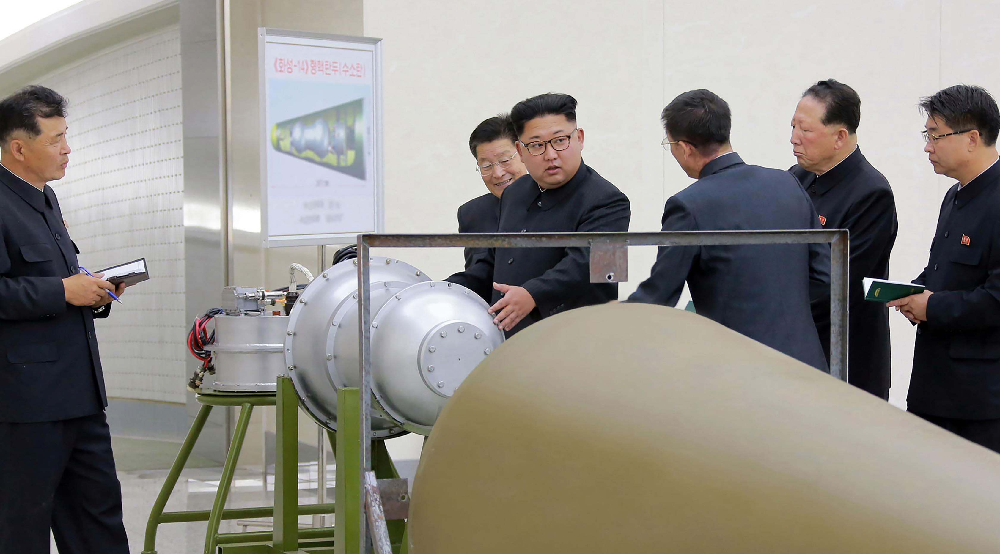 Foto yang dirilis kantor berita Korea Utara (KCNA) di Pyongyang menunjukkan pemimpin Korea Utara, Kim Jong-un meninjau pembuatan bom hidrogen yang dapat dimasukkan ke dalam rudal balistik antarbenua pada 3 September 2017. (AFP Photo/Kcna Via Kns/Str)