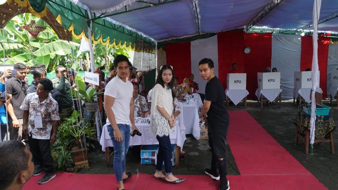 Dua putra Presiden Jokowi, Kaesang Pangarep, Gibran Rakabuming Raka dan istrinya Selvi Ananda tiba di TPS 38 Kampung Tirtoyasan, Manahan, Solo