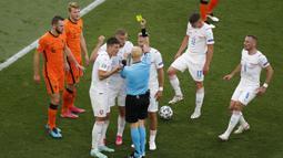 Pemain Belanda, Matthijs de Ligt awalnya diganjar dengan kartu kuning, namun setelah wasit meninjau kembali lewat VAR, keputusan berubah menjadi kartu merah. Akibat ulahnya, Belanda yang awalnya lebih diunggulkan dari Republik Ceska, malah mengalami kekalahan 0-2. (Foto: AFP/Pool/Laszlo Balogh)