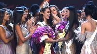 Miss Filipina, Catriona Gray mendapat ucapan selamat dari finalis lainnya setelah dinobatkan sebagai Miss Universe 2018 pada babak grand final di Bangkok, Senin (17/12). Catriona Gray terplih menjadi Miss Universe ke-67. (Lillian SUWANRUMPHA/AFP)