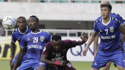 Striker PSM Makassar, Guy Junior, berebut bola dengan pemain Becamex Binh Duong, Dinh Hoang Max, pada laga semifinal Zona ASEAN Piala AFC 2019 di Stadion Pakansari, Rabu (26/6). PSM menang 2-1 atas Becamex Binh Duong. (Bola.com/M Iqbal Ichsan)