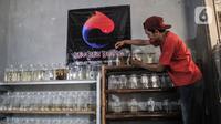 Yuko (44) melakukan perawatan rutin ikan cupang hias di Toko Kevrez Betta, Depok, Jawa Barat, Minggu (13/9/2020).  Yuko mengaku bahwa meningkatnya penjualan dikarenakan banyak warga memilih memelihara ikan cupang hias sebagai hobi baru atau alternatif selama pandemi. (merdeka.com/Iqbal S. Nugroho)