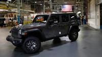 Mobil Jeep Wranglers 2019 yang selesai dibuat terlihat di pabrik perakitan Jeep Chrysler di Toledo, Ohio, AS (16/11). (AP Photo/Carlos Osorio)