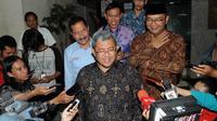 Gubernur Jawa Barat, Ahmad Heryawan (tengah) diwawancarai usai diperiksa Bareskrim Polri di Jakarta, Kamis (28/1). Terjadinya dugaan korupsi pembangunan Stadion Gelora BLA Bandung diketahui setelah pada 2014. (Liputan6.com/Helmi Afandi)