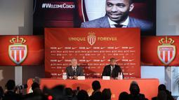 Legenda Prancis, Thierry Henry, bersama Wakil Presiden AS Monaco, Vadim Vasilyev, saat diperkenalkan sebagai pelatih baru di Monaco, Rabu (17/10). Dirinya menggantikan posisi yang ditinggalkan Leonardo Jardim. (AFP/Valery Hache)
