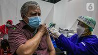 Petugas menyuntik vaksin Covid-19 kepada lansia saat kegiatan Sentra Vaksinasi Bersama COVID-19, Jakarta, Senin (15/3/2021). Sentra Vaksinasi Bersama COVID-19 bagi lansia untuk mendorong percepatan program vaksinasi nasional demi mencapai target satu juta vaksin per bulan. (Liputan6.com/Faizal Fanan