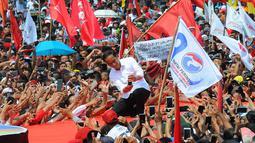 Capres 01 Joko Widodo berselfie dengan pendukungnya saat kampanye terbuka di Banyumas, Jawa Tengah, Kamis (4/4). Dalam kampanye tersebut Jokowi mengajak para pendukung untuk memerangi hoax dan memenangkan pasangan no urut 01 Jokowi-ma'ruf di banyumas.(Liputan6.com/Angga Yuniar)