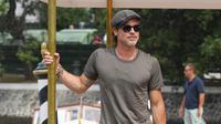 Aktor Brad Pitt berpose saat tiba di Pantai Lido untuk menghadiri Venice Film Festival 2019, Venesia, Italia, Rabu (28/8/2019). Tato baru pada lengan kanan mantan suami Angelina Jolie tersebut cukup menarik perhatian publik. (Photo by Arthur Mola/Invision/AP)