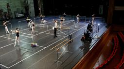 Philip Neal mengajar kelas balet di Patel Conservatory, Tampa, Florida, Amerika Serikat, Rabu (8/7/2020). Di tengah pandemi COVID-19, latihan menerapkan jaga jarak fisik dan menggunakan masker. (Ivy Ceballo/Tampa Bay Times via AP)