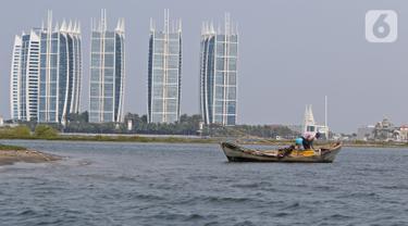 Seorang nelayan mencari ikan di kawasan Pulau G Reklamasi, Muara Angke, Jakarta Utara, Kamis (31/10/2019). Para nelayan di Muara Angke mengeluhkan keberadaan Pulau G yang kerap kali mengganggu aktivitas melaut mereka. (Liputan6.com/Herman Zakharia)