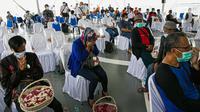 Suasana doa bersama dan tabur bunga di lokasi jatuhnya pesawat Sriwijaya Air SJ 182 di perairan Kepulauan Seribu, Jumat (22/1/2020). Tabur bunga diikuti perwakilan keluarga korban penumpang dan awak pesawat, tim manajemen Sriwijaya Air, regulator hingga Tim SAR (Liputan6.com/Faizal Fanani)