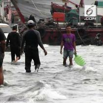Sudah 4 hari kawasan Muara Baru Jakarta Utara dilanda banjir rob. Banjir rob biasanya datang di pagi hari dan surut sore hari.