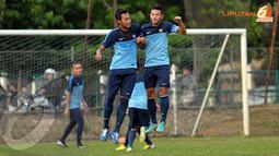 Pemain timnas Indonesia U19 terlihat berlatih teknik memenangkan duel udara dalam sesi latihan (Liputan6.com/Helmi Fithriansyah)