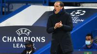 Pelatih Chelsea, Thomas Tuchel, memberikan semangat kepada anak asuhnya saat melawan Real Madrid pada leg kedua semifinal Liga Champions, di Stadion Stamford Bridge, Kamis (06/05/2021). Chelsea menang dengan skor 2-0. (AFP/Glyn Kirk)
