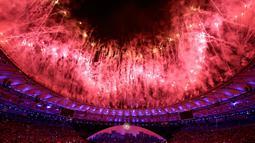 Pesta kembang api ikut memeriahkan Olimpiade 2016 di Rio de Janeiro, Brasil, (5/8). Di hadapan 50 ribu penonton pesta kembang api warna-warni menambah semarak Olimpiade 2016. (REUTERS/Kai Pfaffenbach)
