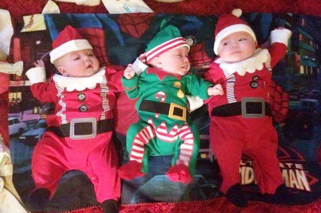 Trio kembar dengan kostum natal | foto: copyright mirror.co.uk