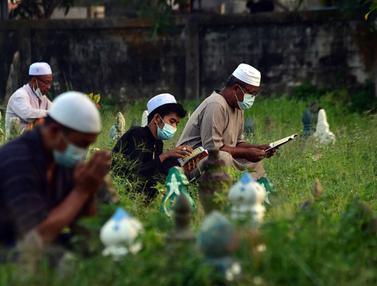 FOTO: Tradisi Ziarah Kubur Saat Idul Adha di Thailand