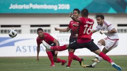 Pemain Indonesia berusaha menghadang tendangan pemain Uni Emirat Arab (UEA) pada laga Asian Games di Stadion Wibawa Mukti, Jawa Barat, Jumat (24/8/2018).  (Bola.com/Vitalis Yogi Trisna)