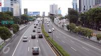 Kendaraan berlalu-lalang melintasi Jalan Tol Pancoran, Jakarta, Senin (12/9). Jalanan di Ibu Kota Jakarta tampak lengang pagi hingga menjelang siang karena warga sedang merayakan Idul Adha 1437 H. (Liputan6.com/Helmi Afandi)