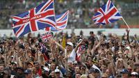 Fans merayakan keberhasilan pebalap Mercedes, Lewis Hamilton, menjuarai F1 GP Inggris di Sirkuit Silverstone, Minggu (16/7/2017). Pebalap 32 tahun asal Inggris itu melahap 51 lap dengan catatan waktu 1 jam 21 menit 27,430 detik. (AP/Frank Augstein)